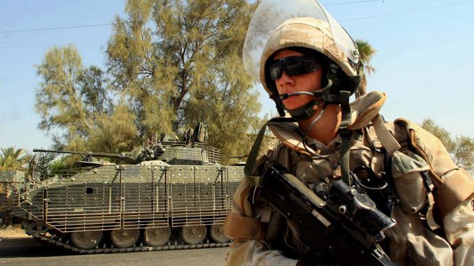 A British soldier patrols a street in the southern city of Basra, Iraq (AFP Photo / Essam AL-Sudani)