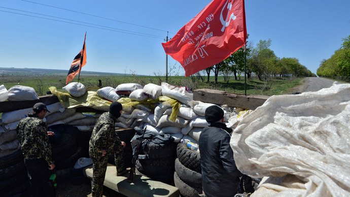 Federalization supporters on guard at the checkpoint near Bylbyshovka village in the Slaviansk vicinity.(RIA Novosti / Mikhail Voskresenskiy)