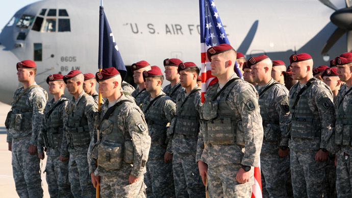 American soldiers stand on the tarmac after arriving at the air force base near Siauliai Zuokniai, Lithuania, on April 26, 2014. (AFP Photo/Petras Malukas)