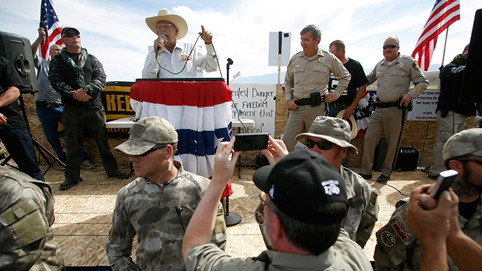 Rancher Cliven Bundy (back 2nd L) talks on stage beside Clark County Sheriff Douglas Gillespie (back 3rd L) in Bunkerville, Nevada, April 12, 2014 (Reuters / Jim Urquhart)