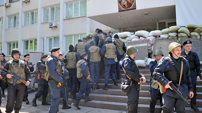 Ukrainian policemen ake their position to guard a state city building in Mariupol on May 7, 2014. (AFP Photo / Genya Savilov)