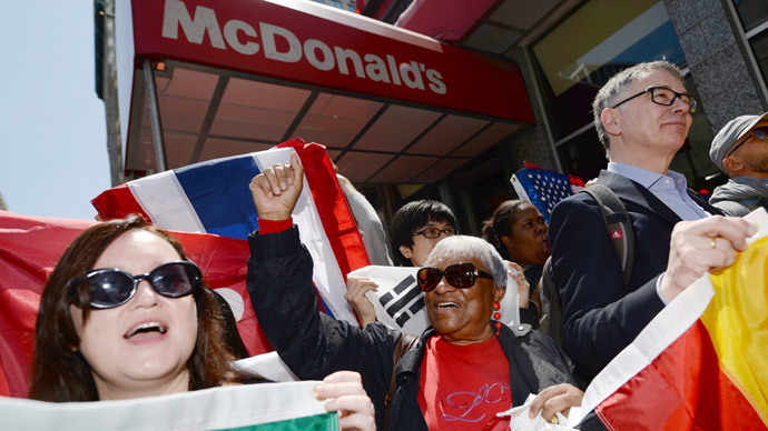 Fast-food workers from around the world stage a protest in front of a McDonald's restaurant, campaigning for higher pay, in New York, May 7, 2014. (AFP Photo / Emmanuel Dunand)