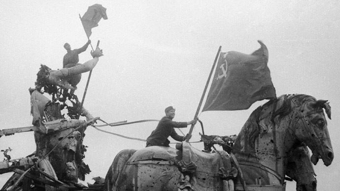 Soldiers place Soviet banners over the Brandenburg Gate. (RIA Novosti)