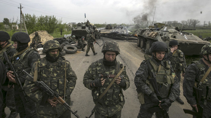 Ukrainian soldiers stand guard at a Ukrainian checkpoint near the eastern town of Slaviansk (Reuters/Baz Ratner)