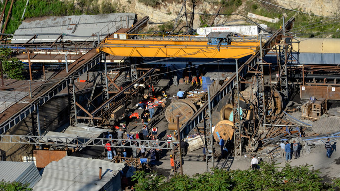 People gather at a mine in the Soma district in the western Turkish province of Manisa on May 13, 2014.(AFP Photo / Ihlas News Agency)