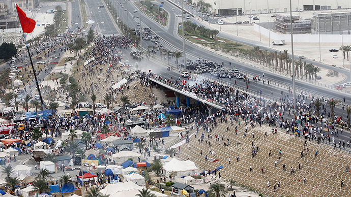 ARCHIVE PHOTO: Anti-government protesters confront riot police assembled on a flyover near the Pearl Square in Manama, March 13, 2011 (Reuters / Hamad I Mohammed)