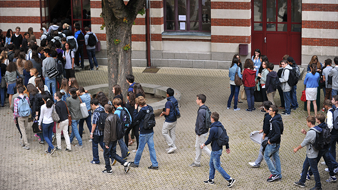 Pupils wait in line in a courtyard  at a high-school in Nantes, western France (AFP Photo / Frank Perry)