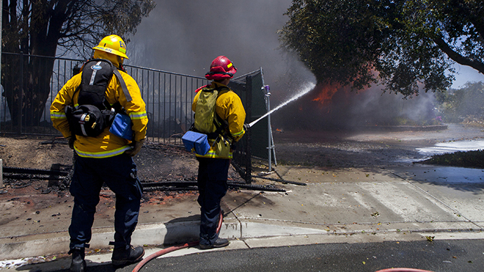 Firefighters battle a fire in Carlsbad, California May 14, 2014. (Reuters / Sam Hodgson)
