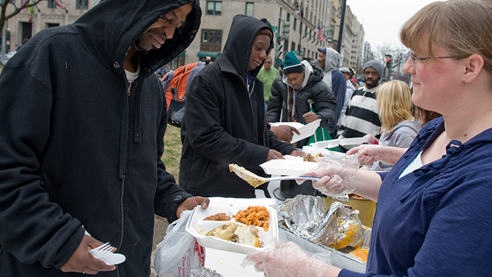 Volunteers  hand out food to the homeless and needy at McPherson Square in Washington (AFP Photo / Saul Loeb)