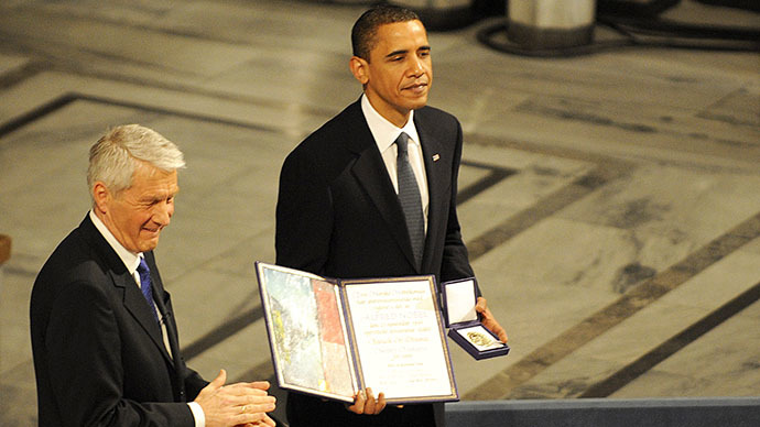 Chairman of the Norwegian Nobel Committee Thorbjoern Jagland (L) applauses as laureate, US President Barack Obama hands the diploma and medal to Nobel Peace Prize at the City Hall in Oslo on December 10, 2009. (AFP Photo / Olivier Morin)