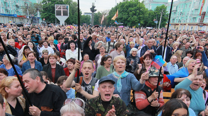 Local residents at the rally devoted to the results of the referendum on the status of the Lugansk republic in the square in front of Taras Shevchenko monument in Lugansk on May 12, 2014 (RIA Novosti / Vitaliy Belousov)