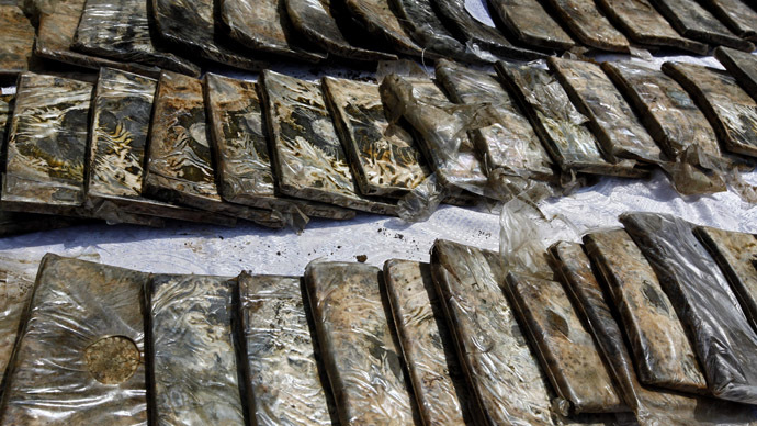 Drugs (heroin and packets with hashish) confiscated by police officers. (RIA Novosti/Andrey Stenin)