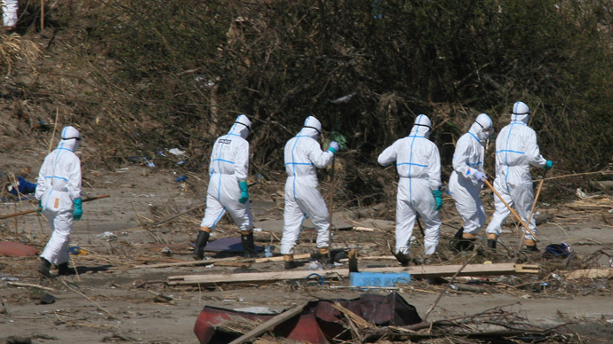 Policemen in radiation proof suits serach for missing victims in Namie, Fukushima prefecture, within 20km from Stricken Tokyo Electric Power Co (TEPCO) Fukushima nuclear power plant on April 17, 2011. (AFP Photo)