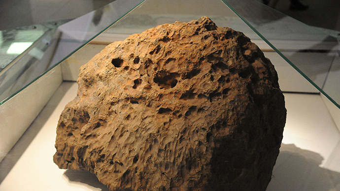 Chelyabinsk meteorite is exhibited at Chelyabinsk Museum of Regional Studies (RIA Novosti / Aleksandr Kondratuk)