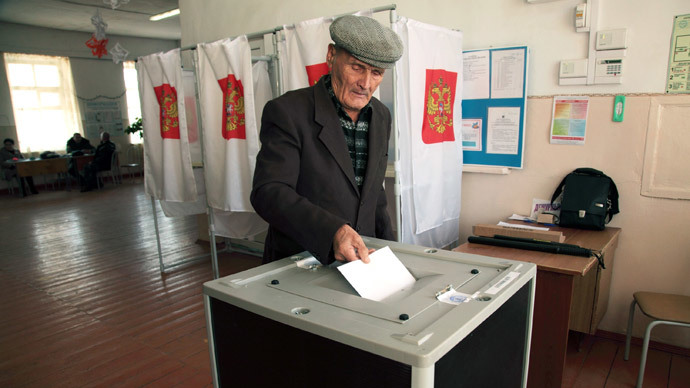 A resident of Krymsk casts his vote at the early election of the head of Krymsk municipal district.(RIA Novosti / Ustinov)