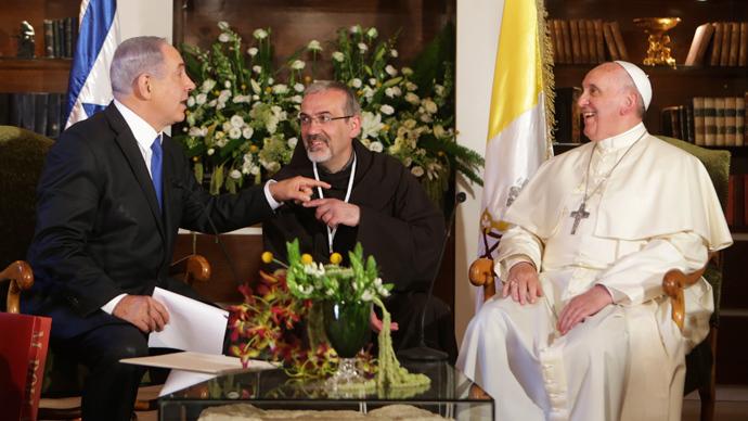 Pope Francis (R) meets Israel's Prime Minister Benjamin Netanyahu (R) at the Notre Dame Center in Jerusalem May 26, 2014 (Reuters / Alex Kolomoisky)