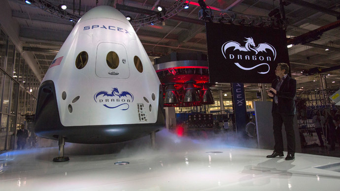 SpaceX CEO Elon Musk (R) unveils the Dragon V2 spacecraft in Hawthorne, California May 29, 2014. (Reuters / Mario Anzuoni)
