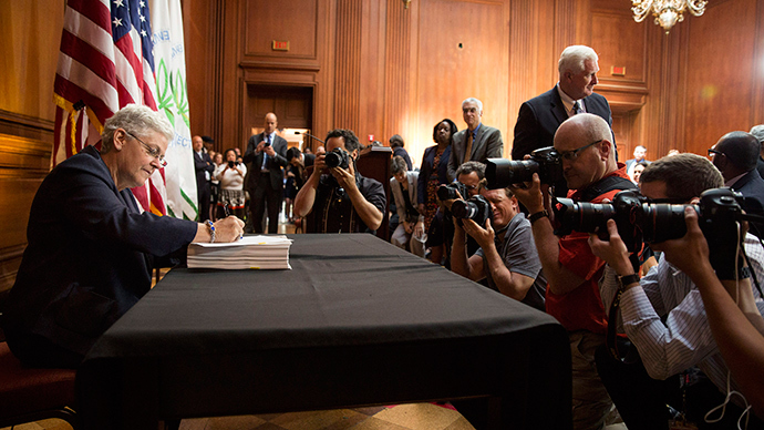 Environmental Protection Agency (EPA) Administrator Gina McCarthy signs a proposal under the Clean Air Act to cut carbon pollution from existing power plants during a news conference in Washington June 2, 2014 (Reuters / Joshua Roberts)