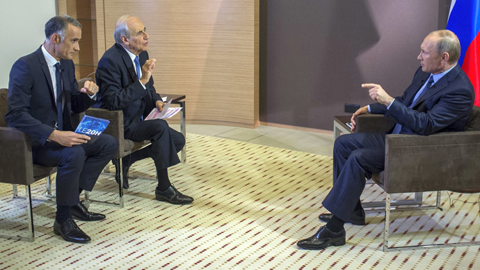 Russia's President Vladimir Putin (R) answers to French journalist Gilles Bouleau (L) and Jean-Pierre Elkabbach during an interview with French media TF1 and Europe 1, in Sochi on June 4, 2014. (AFP Photo / RIA Novosti / Pool / Alexei Nikolsky)