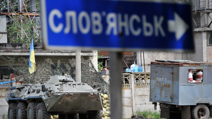 A Ukrainian APC stands at a checkpoint outside of Slavyansk (AFP Photo / Genya Savilov)