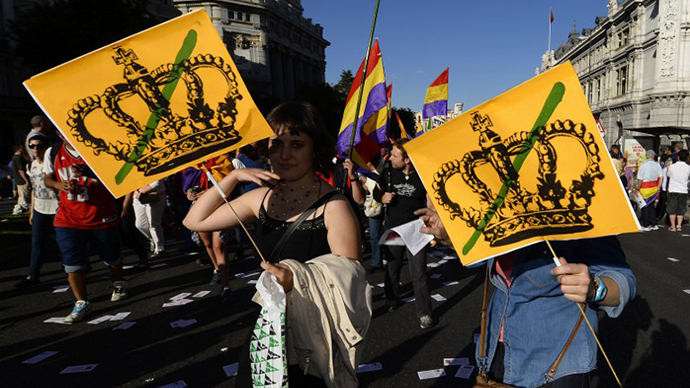 Protesters hold placards during a demonstration to demand a referendum on the monarchy following the abdication of King Juan Carlos, in Madrid on June 7, 2014. (AFP Photo / Gerard Julien)