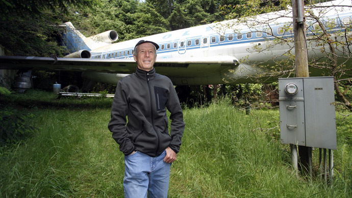 Bruce Campbell stands near his Boeing 727 home in the woods outside the suburbs of Portland, Oregon May 21, 2014. (Reuters/Steve Dipaola)