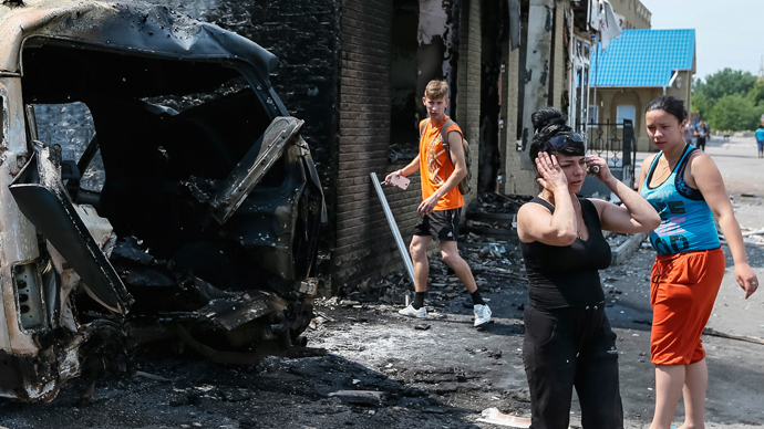 Local residents react as they stand near destroyed houses and vehicles after what locals say was overnight shelling by Ukrainian forces, in the eastern Ukrainian town of Slaviansk June 9, 2014 (Reuters / Gleb Garanich)