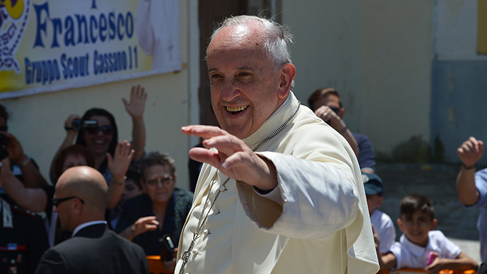 Pope Francis waves to the crowd from the popemobile on June 21, 2014 as he arrives in Cassano allo Ionio in the southern Italian region of Calabria for a one day visit. (AFP Photo / Vincenzo Pinto)
