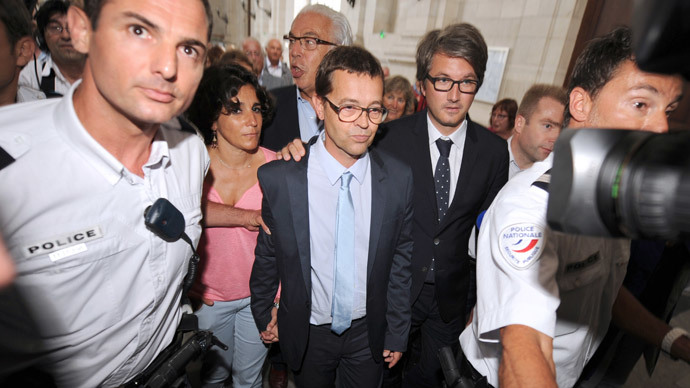 French former doctor at the Bayonne hospital Nicolas Bonnemaison (C), flanked by his wife Julie (L) and his lawyers Benoit Ducos-Ader (C, second ground) and Arnaud Dupin (R), leaves the courthouse of Pau, southwestern France, after been acquitted on June 25, 2014 (AFP Photo / Gaizka Iroz)