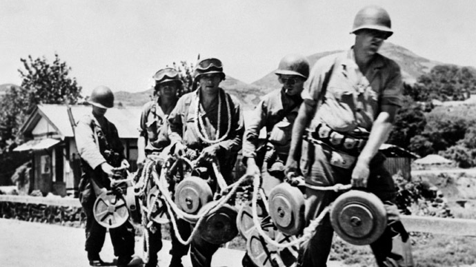 American soldiers are on their way to place anti-tank mines on a road, 06 August 1950, to stop the North Koreans from advancing. (AFP Photo)