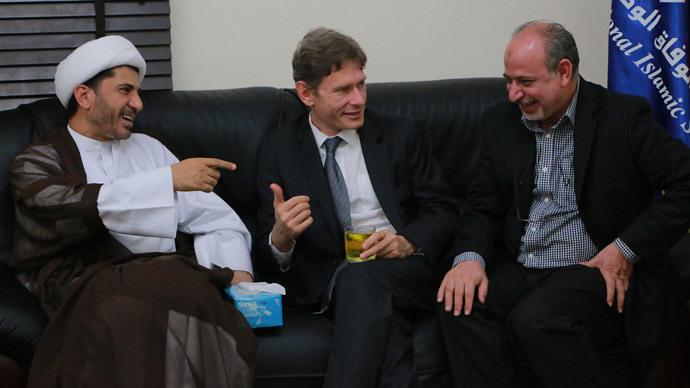US Assistant Secretary of State for Democracy, Human Rights and Labour, Tom Malinowski (C) meeting with Bahrain's Al-Wefaq opposition group leader Sheikh Ali Salman (L) on July 6, 2014.( AFP Photo / AL-Wefaq Media)