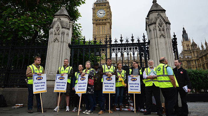 Members of the Public and Commercial Services Union man a picket line outside the House of Commons in central London on July 10, 2014 (AFP Photo / Carl Court)