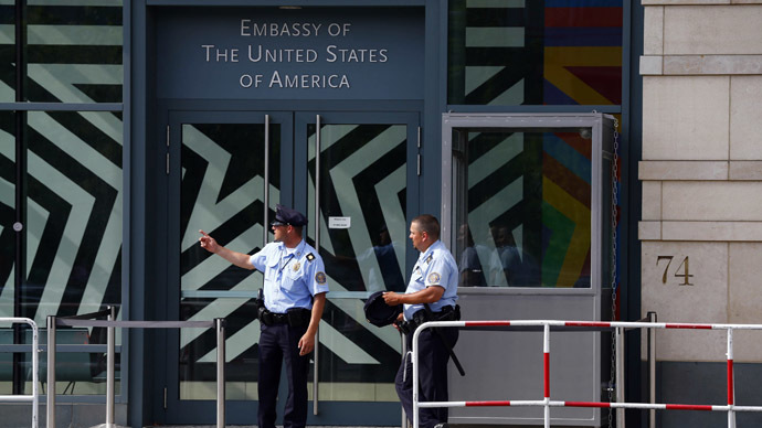 Security officers stand outside the U.S. Embassy in Berlin July 10, 2014. (Reuters/Thomas Peter )