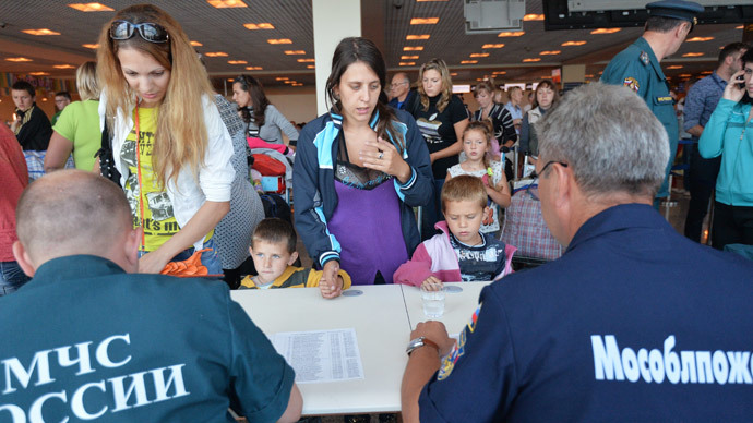 Employees of the Russian Emergencies Ministry help Ukrainian refugees upon their arrival in Moscow. (RIA Novosti / Alexey Kudenko)