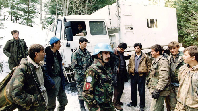 A file photo taken on March 1, 1994 shows Dutch soldiers of a Dutchbat convoy chatting with Bosnian Muslim fighters in Vares, Bosnia.(AFP Photo / Ed Oudenaarden)