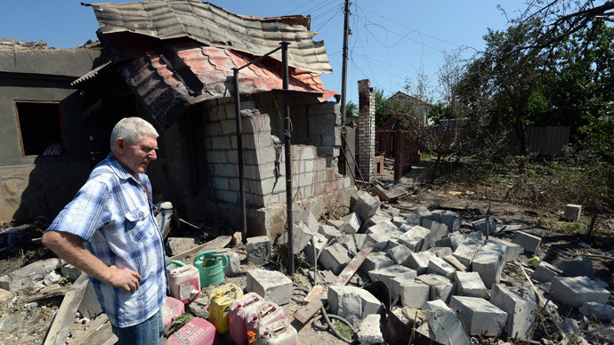 A local resident near a house destroyed in the Ukrainian army's artillery attack on Lugansk.(RIA Novosti / Mikhail Voskresenskiy)