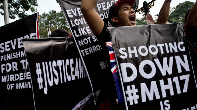 Malaysian activists hold placards and shout slogans during a protest outside the Ukraine embassy in Kuala Lumpur on July 22, 2014 (AFP Photo / Manan Vatsyayana)