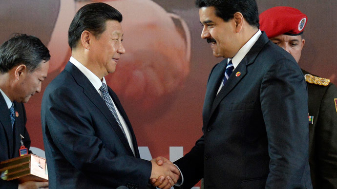 Venezuelan President Nicolas Maduro (R) shakes hands with China's President Xi Jinping during a signing-of-agreements ceremony, in Caracas on July 21, 2014. (AFP Photo / Leo Ramirez)