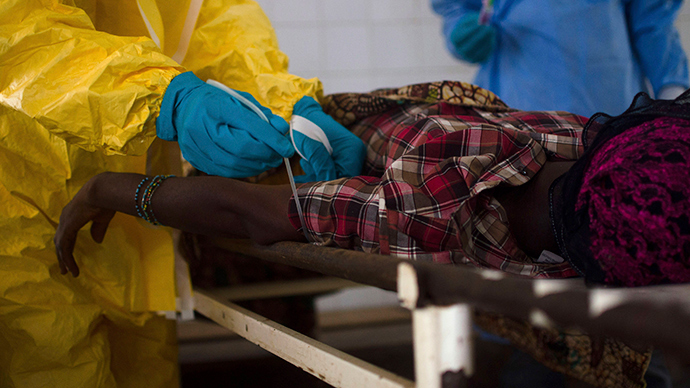 Medical staff take a blood sample from a suspected Ebola patient at the government hospital in Kenema, July 10, 2014 (Reuters / Tommy Trenchard)