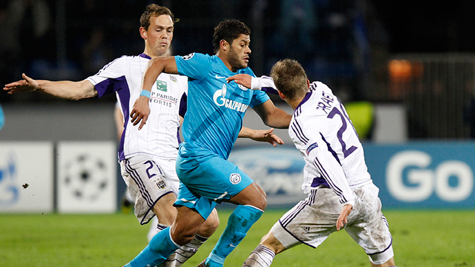 Anderlecht's Tom De Sutter (L) and Dennis Praet (R) fight for the ball with Zenit St. Petersburg's Hulk during their Champions League Group C soccer match at Petrovsky stadium in St. Petersburg (Reuters / Alexander Demianchuk)