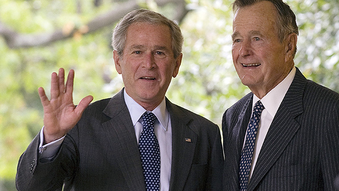 George W. Bush (L) and George H. W. Bush (AFP Photo / Jim Watson/ Files)