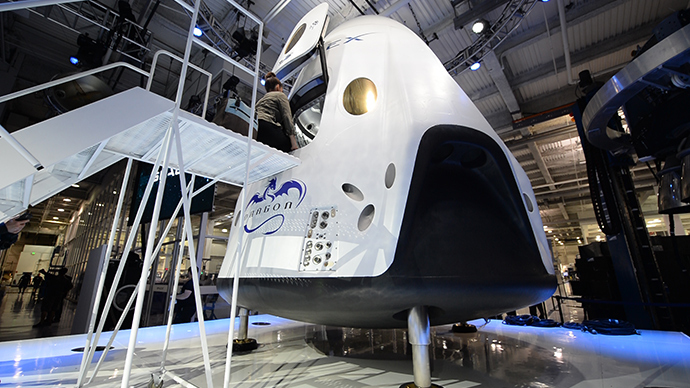 SpaceX's new seven-seat Dragon V2 spacecraft (L) (AFP Photo / Robyn Beck)