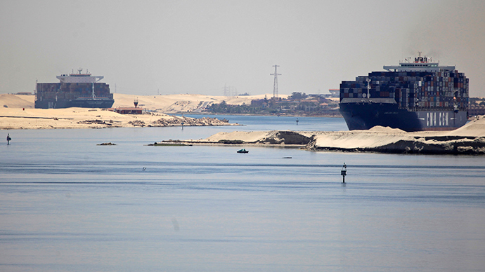 Ships cross the Suez canal (Reuters / Amr Abdallah Dalsh)