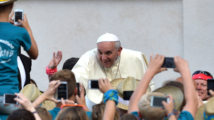 Pope Francis meets with German altar servers during an open-air meeting in Saint Peter's Square at the Vatican on August 5, 2014. (AFP Photo / Alberto Pizzoli)