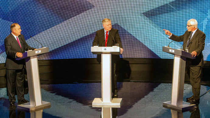 Leader of the 'Better Together' campaign and former British minister Alistair Darling (R) gestures as he speaks during an STV live television debate on Scottish independence with Scotland's First Minister Alex Salmond (L) and moderated by Bernard Ponsonby (C) in Glasgow, Scotland on August 5, 2014. (AFP Photo/Peter Devlin)