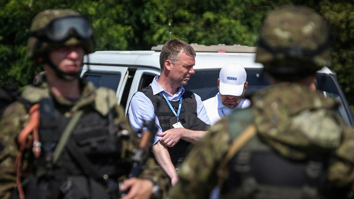 Alexander Hug (C), deputy head for the Organisation for Security and Cooperation in Europe's (OSCE) monitoring mission in Ukraine.(Reuters / Sergei Karpukhin)