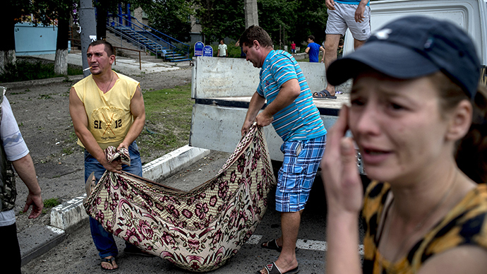People in Lugansk carry the bodies of those killed during an artillery attack on the city (RIA Novosti / Valery Melnikov)