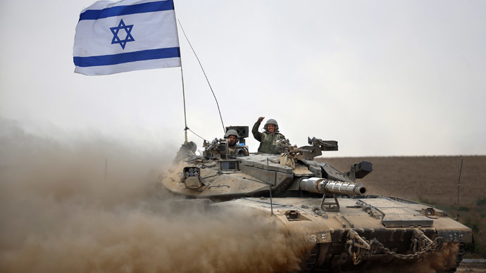 Israeli soldiers celebrate on board their Merkava tank near the border between Israel and the Gaza Strip as they return from the Hamas-controlled Palestinian coastal enclave on August 5, 2014 (AFP Photo/Thomas Coex)