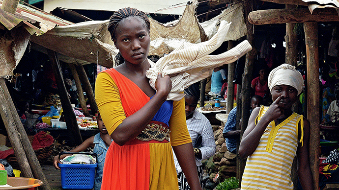 Locals stand at a market in Kenema, Sierra Leone, on August 16, 2014. The death toll from an Ebola outbreak that began at the start of the year stands at 1,145 in four afflicted west African countries: Guinea, Sierra Leone, Liberia and Nigeria. (AFP Photo / Carl de Souza)