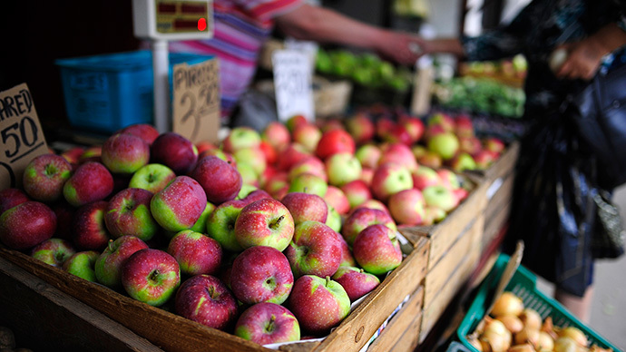 Apples are pictured at a fruit and vegetables market in Warsaw (Reuters / Filip Klimaszewski)